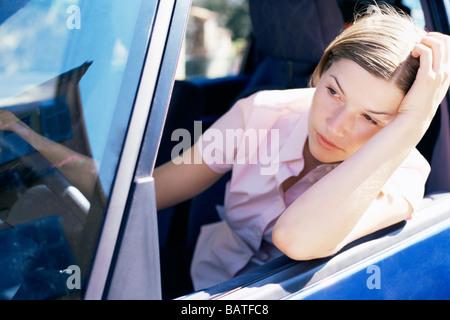 Frustré de conducteur acar fenêtre. Banque D'Images