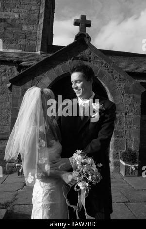 Jeune couple de jeunes mariés mariés à l'église, Yorkshire du Nord. Modèle du Royaume-Uni a publié l'image noir Banque D'Images