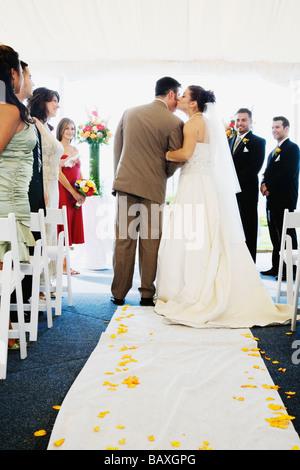 Embrasser la mariée allée en père Banque D'Images