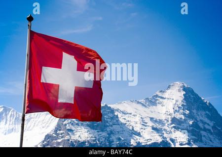 Eiger (3970 m) et le drapeau suisse, Grindelwald, Oberland Bernois (Highlands), Canton de Berne, Suisse Banque D'Images