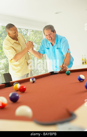 Multi-ethnic friends playing pool Banque D'Images