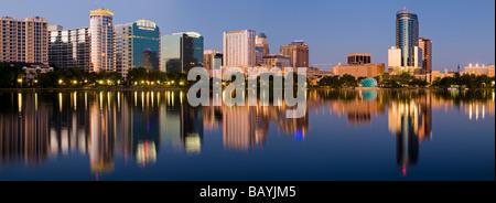 Le centre-ville d'Orlando en Floride dans l'horizon du lac Eola Banque D'Images