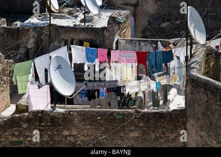 Vue sur les toits de la SEF. Antennes satellites montrant des rangées de lave-hung out, de l'épave Riads, l'herbe pousse sur les toits