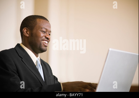 African businessman typing on laptop Banque D'Images