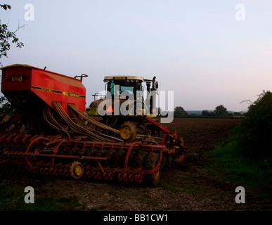 Chenille caoutchouc crawler la préparation pour le blé champ UK Suffolk Banque D'Images