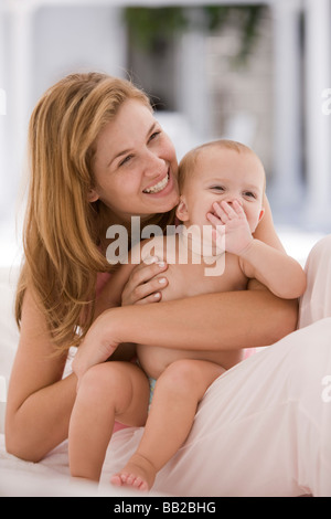 Woman smiling with her daughter Banque D'Images