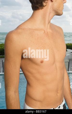 Portrait d'un homme torse nu sur la côte Banque D'Images