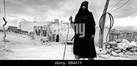 Vieille Femme vêtue de noir se tenait devant sa maison à el-Gournah - petit village près de Louxor,ÉGYPTE. Banque D'Images