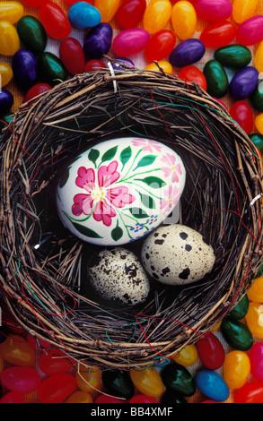 Œuf de Pâques avec des oeufs de cailles au nid