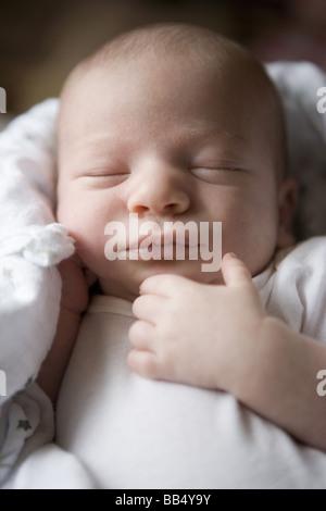 Closeup portrait of newborn baby sleeping with main reposant près de son visage Banque D'Images