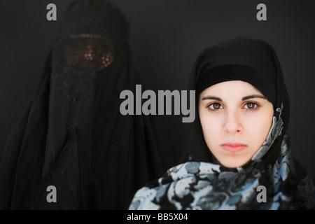 Middle Eastern woman en burqa et adolescent en voile