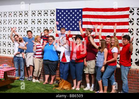 Grand groupe de personnes en face de mains de brandir le drapeau américain Banque D'Images
