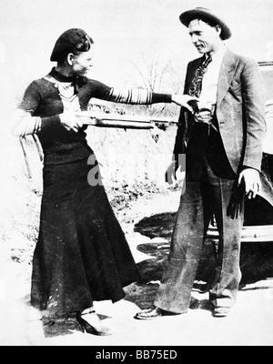 Bonnie et Clyde 1933 Photo de la tristement célèbre hors-la-loi pris par eux-mêmes tandis que sur la course Banque D'Images