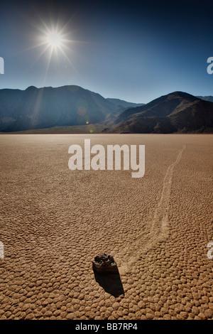 Déménagement rock le sel à l'hippodrome dans la région de Death Valley National Park en Californie USA Banque D'Images