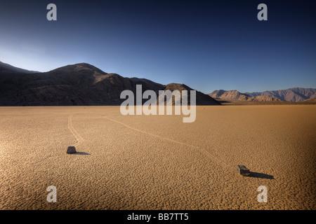 Déménagement sur roches salines à l'hippodrome dans la région de Death Valley National Park en Californie USA Banque D'Images