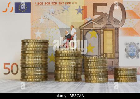 Pièces empilées, 50 billets à l'arrière, poussant un préposé Senior citizen en fauteuil roulant, chiffres, symboles Banque D'Images