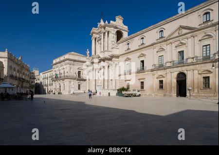 Place de la cathédrale avec cathédrale et palais, Syracuse, Sicile, Italie Banque D'Images