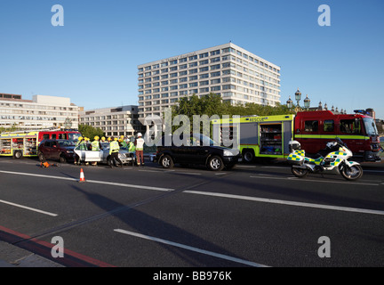 Les services d'urgence qui fréquentent les lieux d'un accident. Westminster, Londres, Angleterre, Royaume-Uni.
