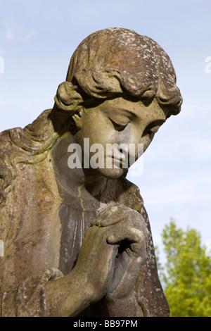 Angleterre Berkshire Beaconsfield paroisse Sainte Trinité cimetière mémorial ange peint par l'artiste local sir Banque D'Images