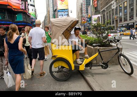 24 mai 2009 Touristes piétons et conducteurs pedicab profitez de la nouvelle section sans voiture de Broadway, à Banque D'Images