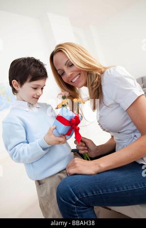 Mère et fils à présent Banque D'Images