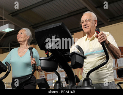 Formation senior couple at gym