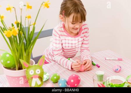 Oeufs de Pâques peinture fille Banque D'Images