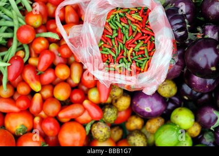 Dans un mélange de légumes du marché Lao,y compris les piments Banque D'Images