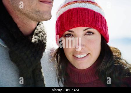 Woman in winter hat smiling à côté de l'homme Banque D'Images