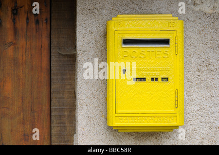 Post box jaune, Trôo, Loir-et-Cher, Centre, France. Banque D'Images