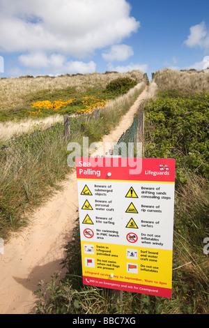 UK Angleterre Norfolk Sea Palling sentier à travers les dunes en signe de détresse beach Banque D'Images