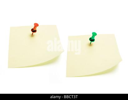 Documents de Post-it avec épingle Banque D'Images