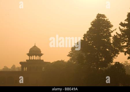 Tôt le matin, lever de soleil vue sur les bâtiments et d'arbres au Taj Mahal, Agra, Inde. Banque D'Images