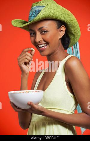 Woman Eating bol de céréales Banque D'Images