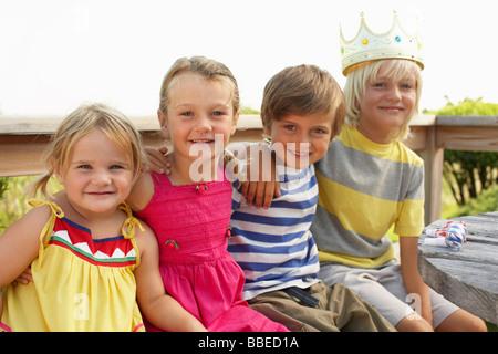 Les enfants at Birthday Party Banque D'Images