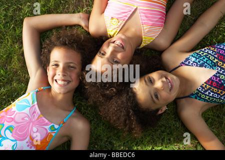 Portrait des enfants portant sur l'herbe Banque D'Images