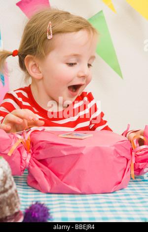 Petite fille au cadeau d'un anniversaire
