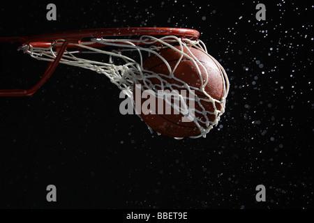 Le basket-ball en passant par hoop Banque D'Images