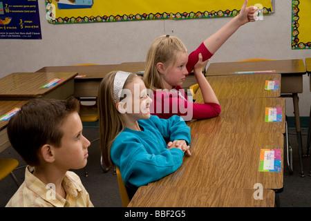 La diversité raciale entre multiples multiculturelles la diversité raciale l'interracial girl raising hand 8 ans Banque D'Images