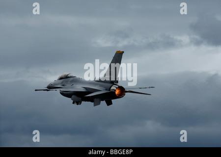 F 16 Fighting Falcon en pleine poussée au décollage