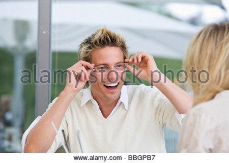 Jeune homme lunettes de réglage à l'extérieur, Stuttgart, Bade-Wurtemberg, Allemagne Banque D'Images
