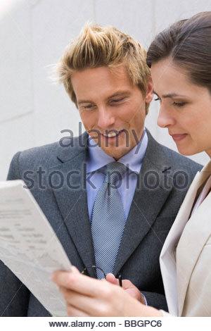 Journal de lecture d'affaires à l'extérieur, Stuttgart, Bade-Wurtemberg, Allemagne Banque D'Images