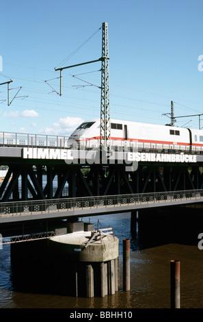 29 mai 2009 - passage à niveau train ICE Oberhafenbrücke A votre arrivée à la gare centrale de Hambourg. Banque D'Images