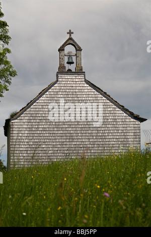 Bardeaux de bois couvrant un mur de la chapelle. Bardeaux de bois recouvrant le mur d'une chapelle. Banque D'Images