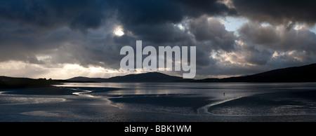 Le coucher du soleil et nuages de tempête sur Isle of Harris, Luskentyre plage, îles Hébrides, Ecosse Banque D'Images