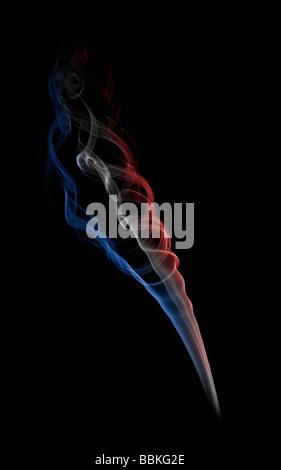 Les boucles de la fumée dégagée par la combustion d'un bâton d'encens. Volutes de fumée dégagées par la combustion Banque D'Images