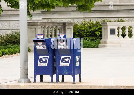 Deux United States Postal Service boîtes aux lettres dans l'avant du palais de justice du comté de Linn, Cedar Rapids, Banque D'Images