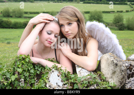 Une adolescente être réconfortés par son ange gardien. Banque D'Images