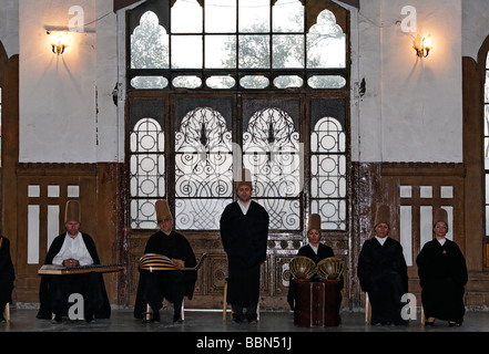 Groupe de musique soufie, cérémonie de la sema derviches tourneurs de l'ordre des Mevlevi, historique gare Sirkeci, Istanbul, Turquie