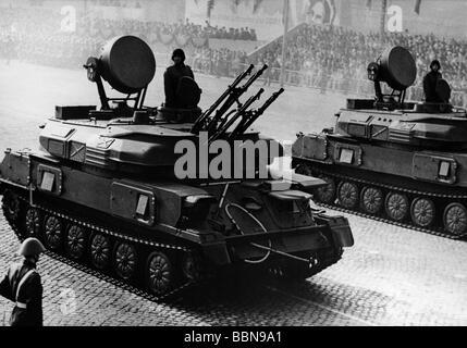 Militaire, Allemagne de l'est, Armée populaire nationale, Forces terrestres, char anti-airaft ZSU-23-4 'Shilka', défilé, jour de la République, place Marx Engels, Berlin-est, 7.10.1969, ,